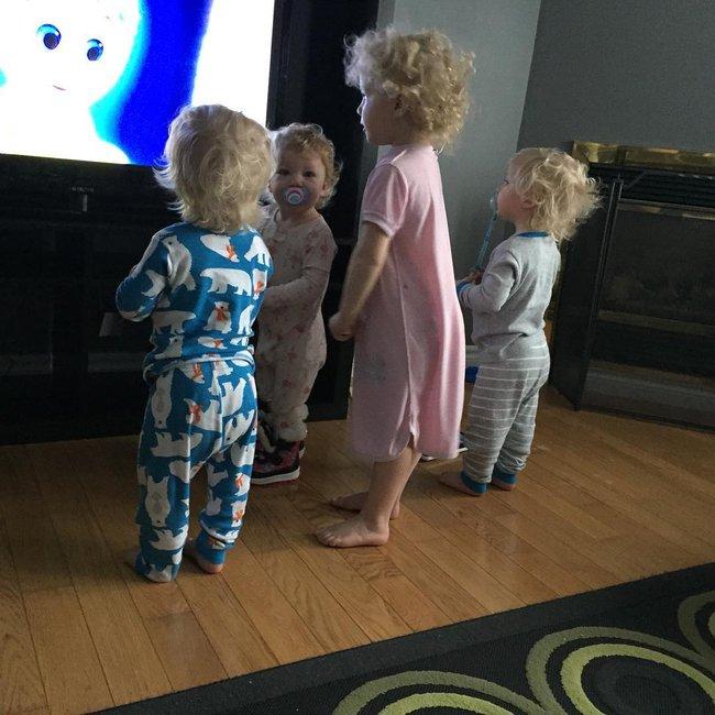 Thán phục bà mẹ siêu nhân tay nhanh thoăn thoắt chăm 1 cặp sinh ba và nhóc lớn 3 tuổi - Ảnh 24.