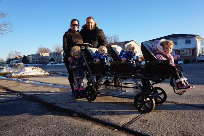 Thán phục bà mẹ siêu nhân tay nhanh thoăn thoắt chăm 1 cặp sinh ba và nhóc lớn 3 tuổi - Ảnh 25.