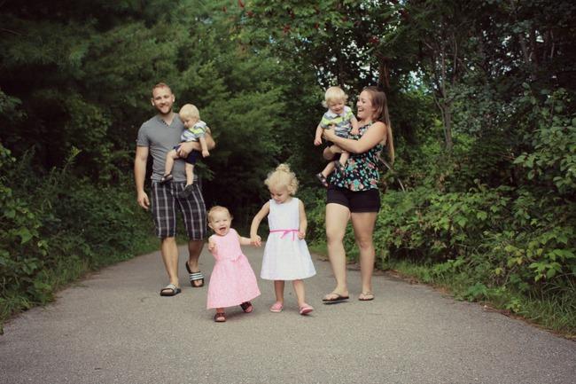 Thán phục bà mẹ siêu nhân tay nhanh thoăn thoắt chăm 1 cặp sinh ba và nhóc lớn 3 tuổi - Ảnh 26.
