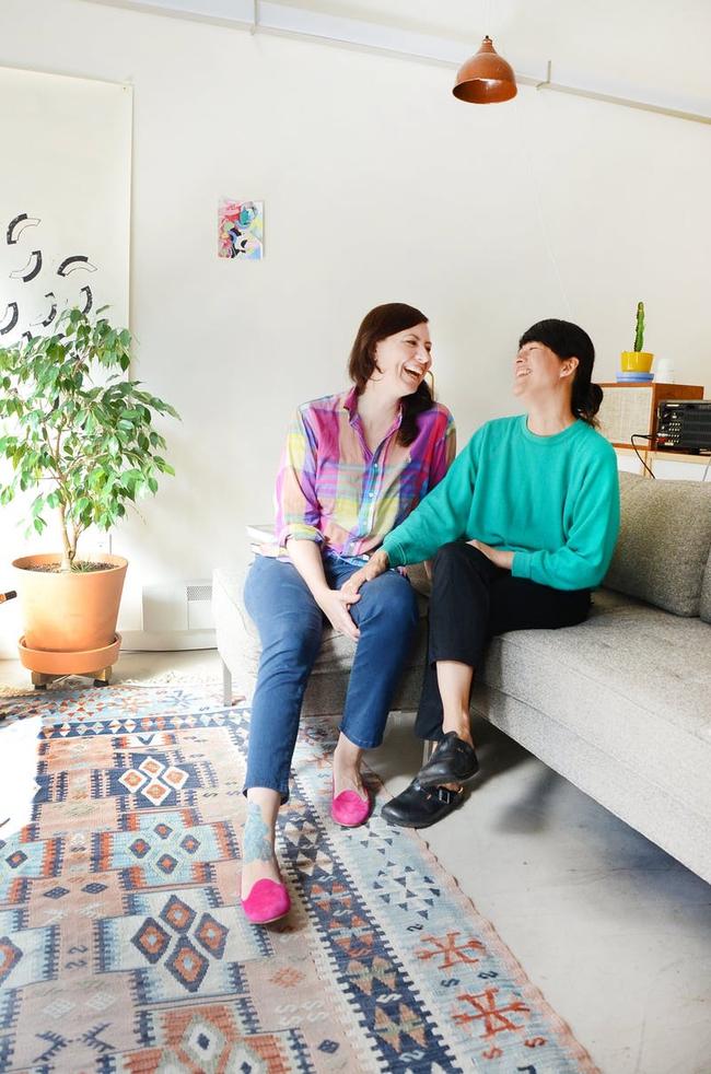 Ngôi nhà được trang trí bằng đồ cũ và đồ tái chế của hai người phụ nữ làm xôn xao cả giới thiết kế - Ảnh 1.