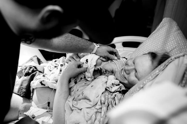 Bức ảnh có 1-0-2: Em bé chào đời với dây rốn quấn quanh bụng - Ảnh 10.