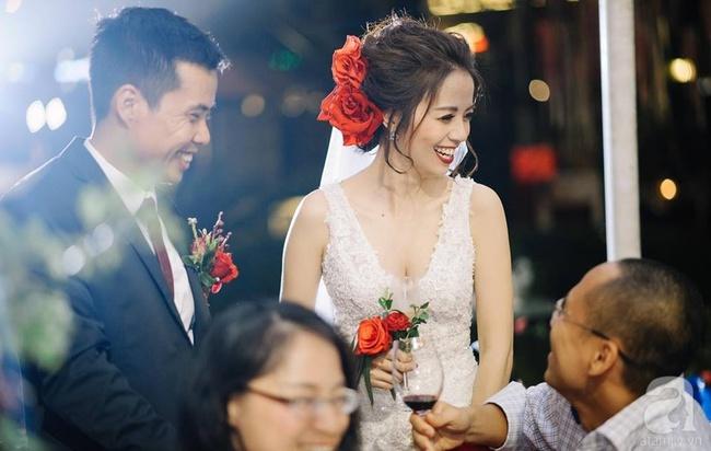 Cặp đôi Hà Thành trang trí tiệc cưới sân vườn với sắc đỏ đẹp như một giấc mơ về hạnh phúc - Ảnh 5.