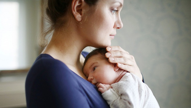 Chỉ với 2 bức ảnh, bà mẹ này đã cho cả thế giới thấy sự thật phũ phàng sau sinh - Ảnh 2.