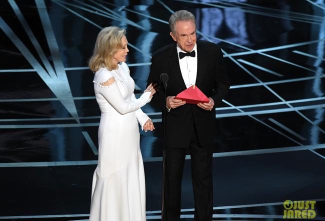 Oscar 2017 gây ngã ngửa vì màn trao giải nhầm cho La La Land - Ảnh 1.