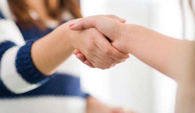 Đừng bắt con ôm hôn người khác, kể cả ông bà khi trẻ không thích, và đây là lý do - Ảnh 3.