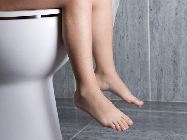 Cảnh báo những hệ lụy đáng sợ cho đường tiêu hóa từ thói quen nhịn đi tiêu của nhiều người - Ảnh 1.