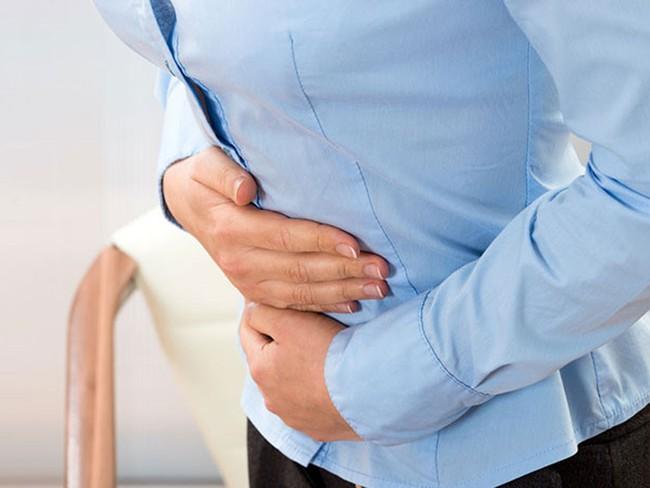 Cảnh báo những hệ lụy đáng sợ cho đường tiêu hóa từ thói quen nhịn đi tiêu của nhiều người - Ảnh 2.