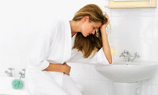 Cảnh báo những hệ lụy đáng sợ cho đường tiêu hóa từ thói quen nhịn đi tiêu của nhiều người - Ảnh 3.