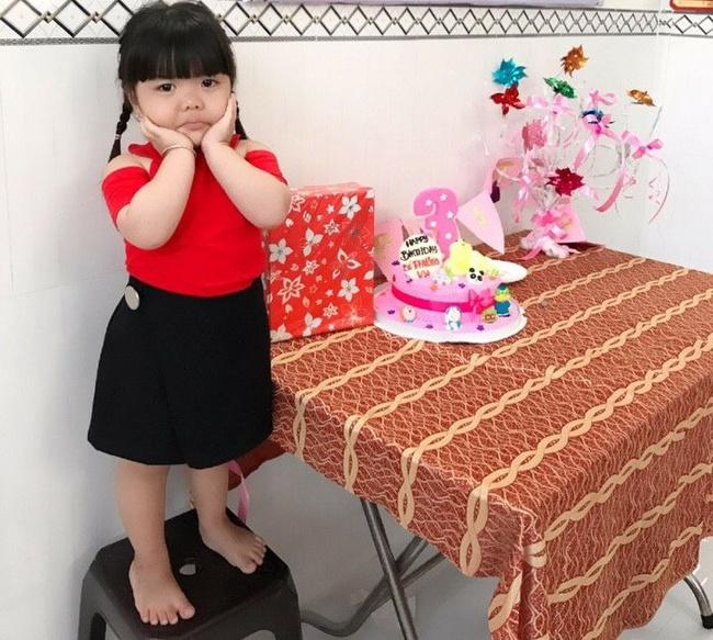 Bé gái 3 tuổi bị mẹ phạt quỳ đốn tim dân mạng vì màn nhận lỗi cực đáng yêu - Ảnh 2.