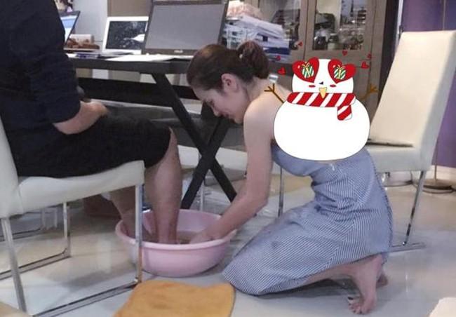 Cận ngày 8/3, bức ảnh nữ doanh nhân xinh đẹp rửa chân cho chồng vì nghĩa khiến dân mạng xôn xao - Ảnh 1.