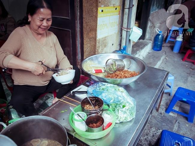Phố nhỏ nhà nhỏ, có hàng bánh đa trộn 20 năm tuổi được nhiều thế hệ người Hà Nội say mê - Ảnh 7.