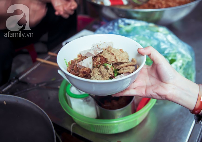 Phố nhỏ nhà nhỏ, có hàng bánh đa trộn 20 năm tuổi được nhiều thế hệ người Hà Nội say mê - Ảnh 9.