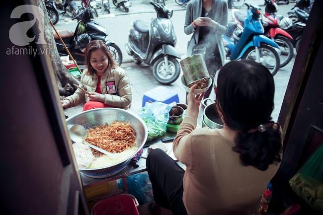 Phố nhỏ nhà nhỏ, có hàng bánh đa trộn 20 năm tuổi được nhiều thế hệ người Hà Nội say mê - Ảnh 3.