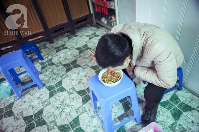 Phố nhỏ nhà nhỏ, có hàng bánh đa trộn 20 năm tuổi được nhiều thế hệ người Hà Nội say mê - Ảnh 12.