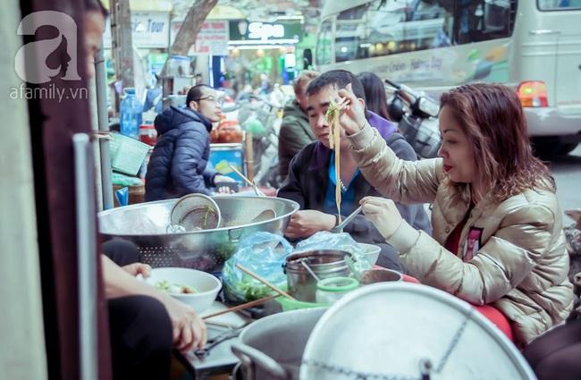 Phố nhỏ nhà nhỏ, có hàng bánh đa trộn 20 năm tuổi được nhiều thế hệ người Hà Nội say mê - Ảnh 10.