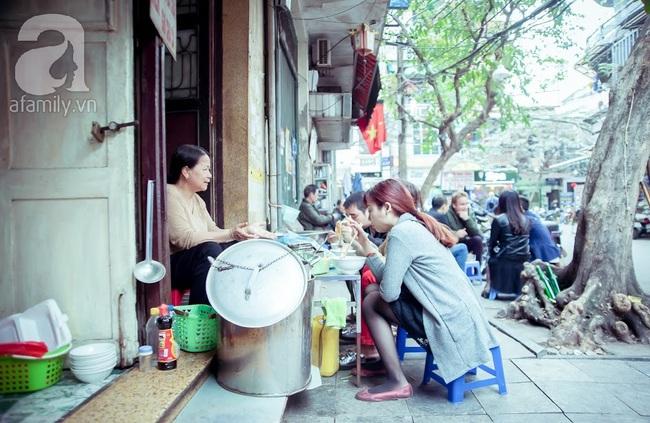 Phố nhỏ nhà nhỏ, có hàng bánh đa trộn 20 năm tuổi được nhiều thế hệ người Hà Nội say mê - Ảnh 4.