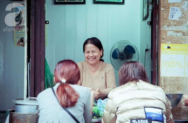 Phố nhỏ nhà nhỏ, có hàng bánh đa trộn 20 năm tuổi được nhiều thế hệ người Hà Nội say mê - Ảnh 2.