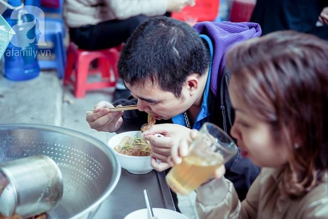 Phố nhỏ nhà nhỏ, có hàng bánh đa trộn 20 năm tuổi được nhiều thế hệ người Hà Nội say mê - Ảnh 11.