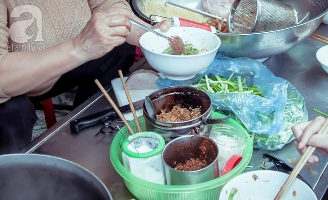 Phố nhỏ nhà nhỏ, có hàng bánh đa trộn 20 năm tuổi được nhiều thế hệ người Hà Nội say mê - Ảnh 6.