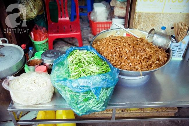 Phố nhỏ nhà nhỏ, có hàng bánh đa trộn 20 năm tuổi được nhiều thế hệ người Hà Nội say mê - Ảnh 13.