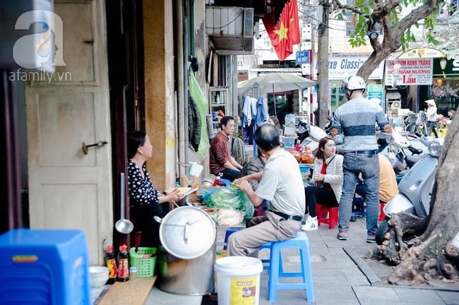 Phố nhỏ nhà nhỏ, có hàng bánh đa trộn 20 năm tuổi được nhiều thế hệ người Hà Nội say mê - Ảnh 18.