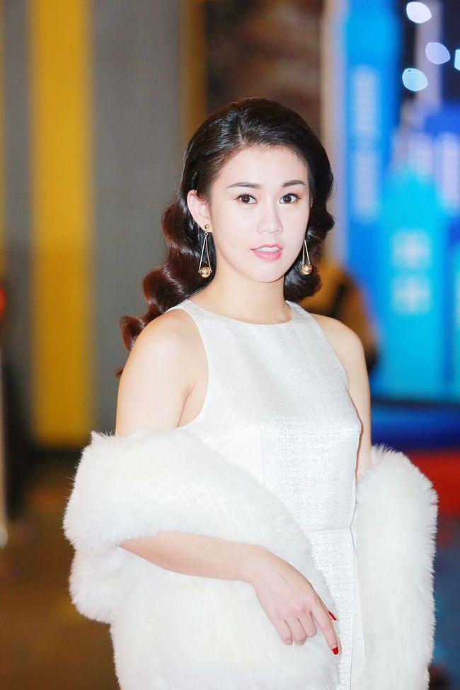 Miu Lê gây chú ý khi diện áo yếm khoe trọn lưng trần và hình xăm - Ảnh 4.