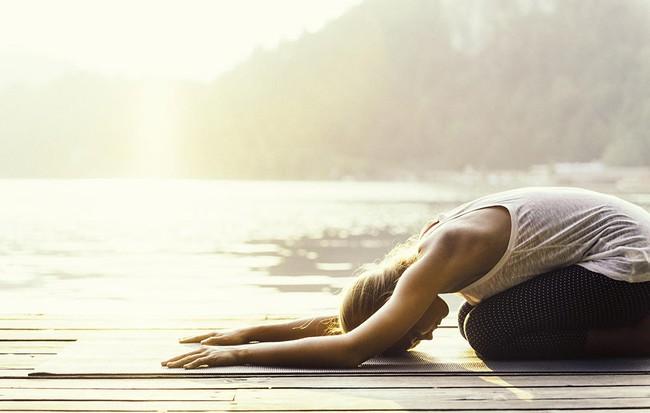 5 bài tập giãn cơ đẩy lùi đau lưng - Ảnh 1.