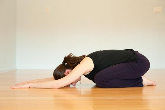5 bài tập giãn cơ đẩy lùi đau lưng - Ảnh 2.