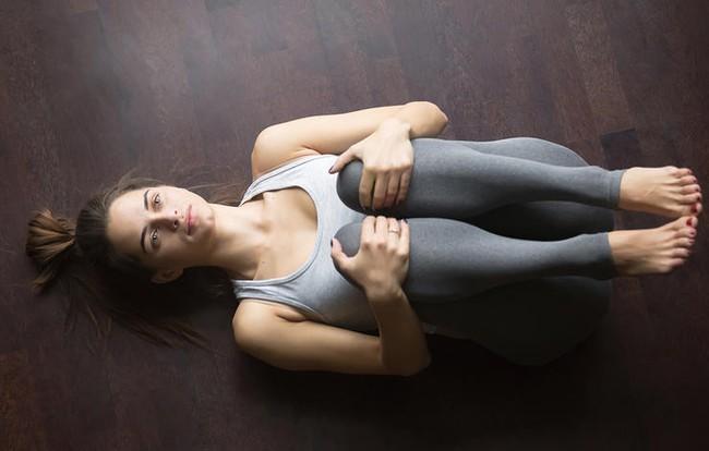 5 bài tập giãn cơ đẩy lùi đau lưng - Ảnh 5.