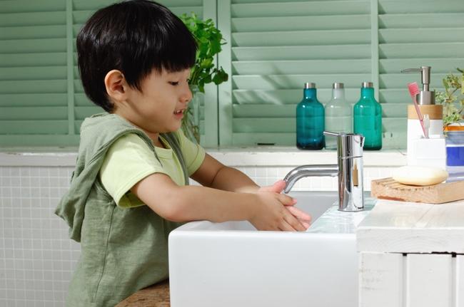 Nước rửa tay khô - các chuyên gia gọi đây là món đồ chơi có khả năng gây tử vong cho trẻ - Ảnh 3.