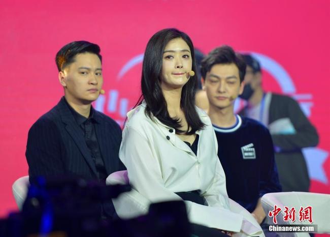 Fan tức giận vì mẹ hai con Lưu Đào bị chế ảnh không trong sáng với bạn diễn - Ảnh 14.