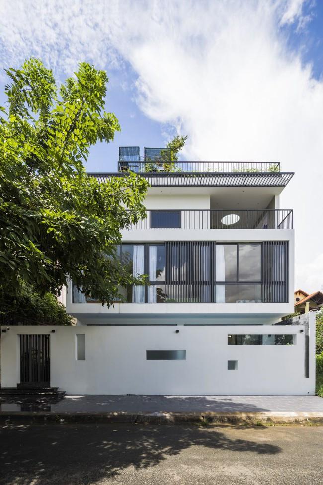 Ngôi nhà có tầm nhìn thẳng ra sông Sài Gòn với thiết kế mộc mạc nhưng sự tiện nghi thì không chê vào đâu được - Ảnh 1.