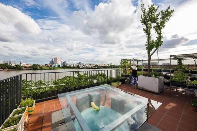 Ngôi nhà có tầm nhìn thẳng ra sông Sài Gòn với thiết kế mộc mạc nhưng sự tiện nghi thì không chê vào đâu được - Ảnh 2.