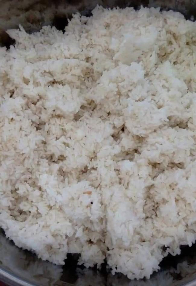Phụ huynh lọt được vào trường và chứng kiến con ăn cơm mốc: Do gạo ruộng, không hóa chất? - Ảnh 1.