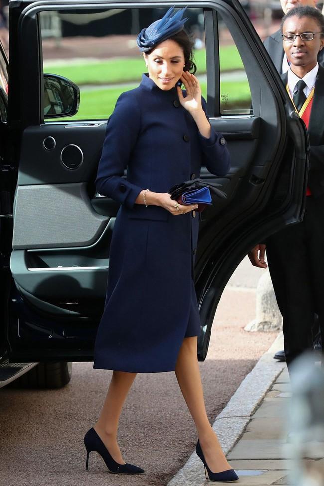 Đám cưới Công chúa Eugenie: Cara Delevingne chơi trội diện đồ nam, làm lu mờ cả Công nương Kate và Meghan - Ảnh 4.