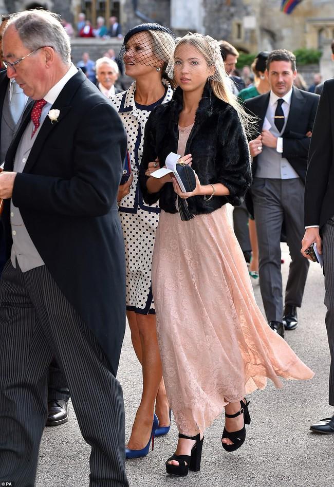 Đám cưới Công chúa Eugenie: Cara Delevingne chơi trội diện đồ nam, làm lu mờ cả Công nương Kate và Meghan - Ảnh 7.