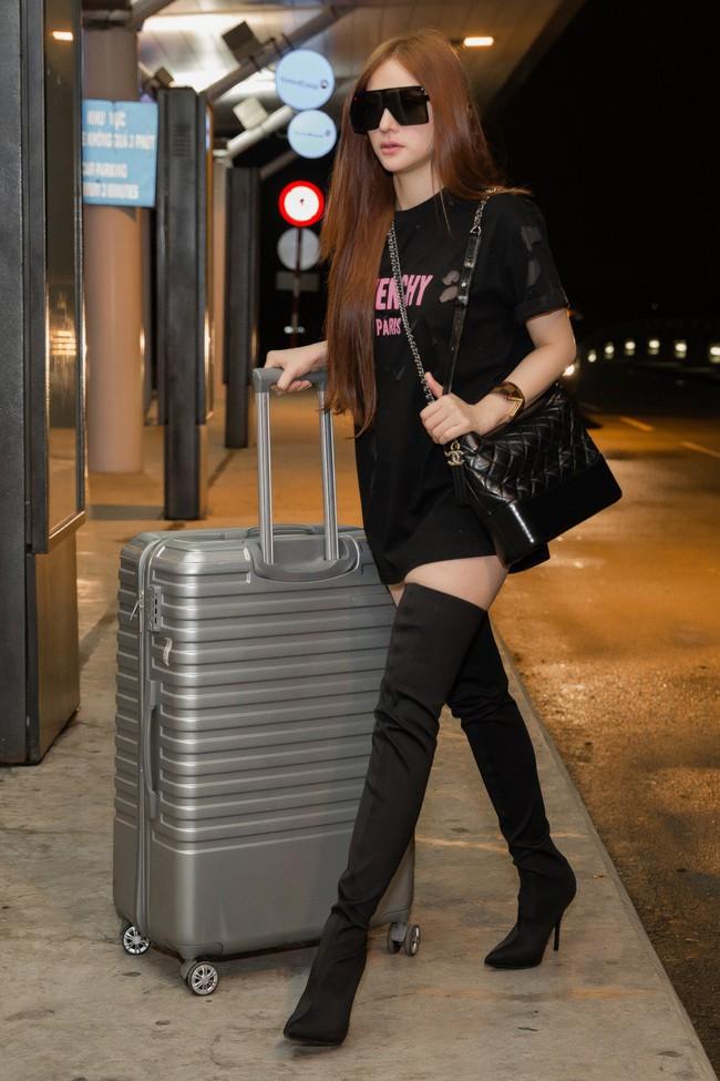 GIữa đêm muộn, mẹ 1 con Thu Thủy xuất hiện với cây đen chất lừ tại sân bay - Ảnh 1.