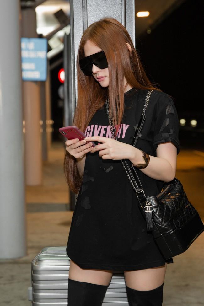 GIữa đêm muộn, mẹ 1 con Thu Thủy xuất hiện với cây đen chất lừ tại sân bay - Ảnh 3.