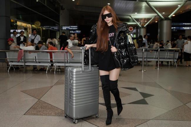 GIữa đêm muộn, mẹ 1 con Thu Thủy xuất hiện với cây đen chất lừ tại sân bay - Ảnh 5.