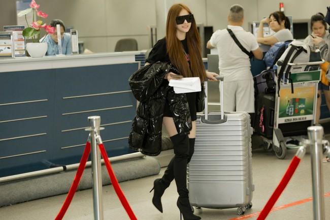 GIữa đêm muộn, mẹ 1 con Thu Thủy xuất hiện với cây đen chất lừ tại sân bay - Ảnh 6.