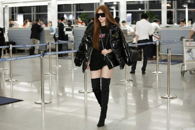 GIữa đêm muộn, mẹ 1 con Thu Thủy xuất hiện với cây đen chất lừ tại sân bay - Ảnh 7.