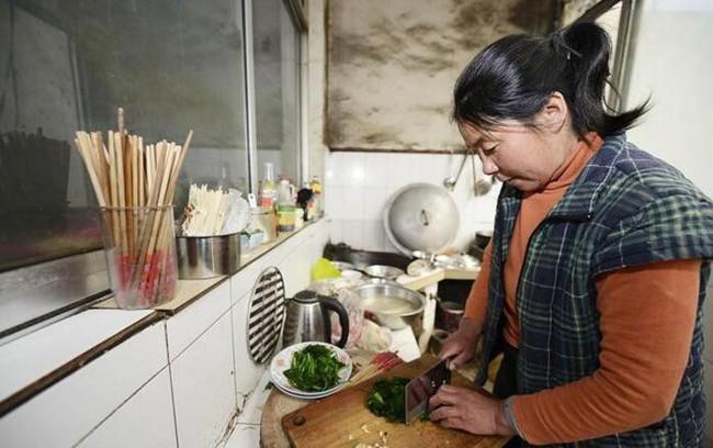 Người phụ nữ bị ung thư dạ dày giai đoạn cuối chỉ vì thói quen nấu ăn mà rất nhiều người cũng thường làm - Ảnh 1.