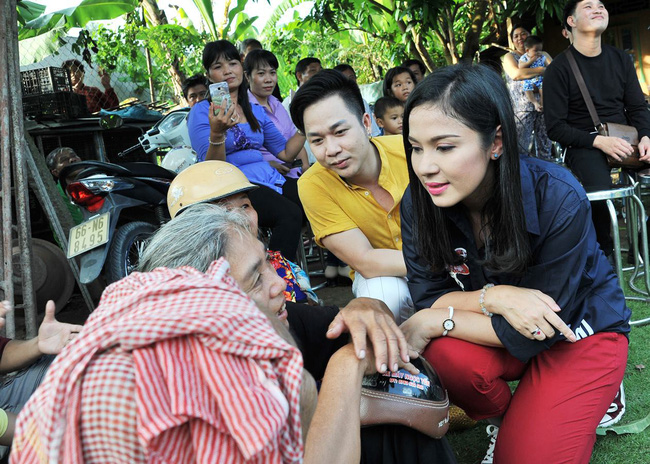 Không làm tiệc sinh nhật tốn kém, Quách Tuấn Du - Việt Trinh đi phát gạo cho bà con nghèo - Ảnh 3.