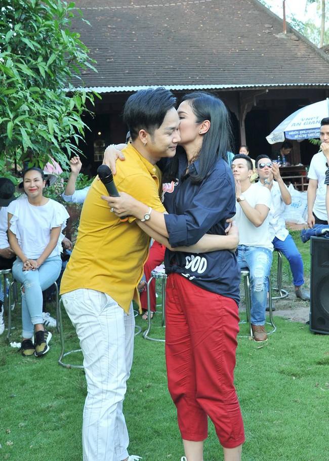 Không làm tiệc sinh nhật tốn kém, Quách Tuấn Du - Việt Trinh đi phát gạo cho bà con nghèo - Ảnh 4.