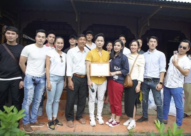 Không làm tiệc sinh nhật tốn kém, Quách Tuấn Du - Việt Trinh đi phát gạo cho bà con nghèo - Ảnh 10.
