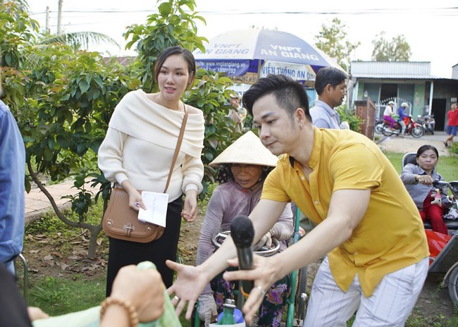 Không làm tiệc sinh nhật tốn kém, Quách Tuấn Du - Việt Trinh đi phát gạo cho bà con nghèo - Ảnh 9.