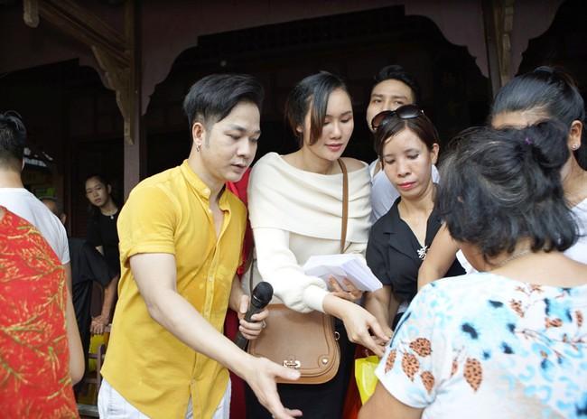 Không làm tiệc sinh nhật tốn kém, Quách Tuấn Du - Việt Trinh đi phát gạo cho bà con nghèo - Ảnh 5.