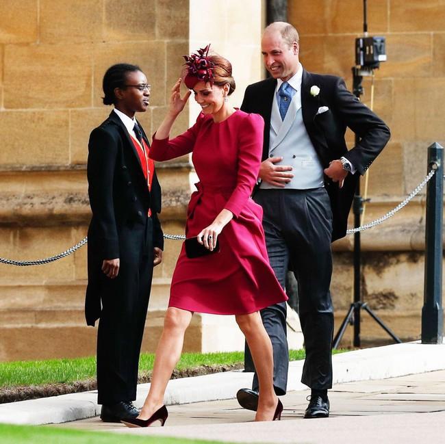 Nổi tiếng với tuyệt chiêu chống tốc váy nhưng Công nương Kate lại suýt có khoảnh khắc Marilyn Monroe khi dự đám cưới Hoàng gia - Ảnh 1.