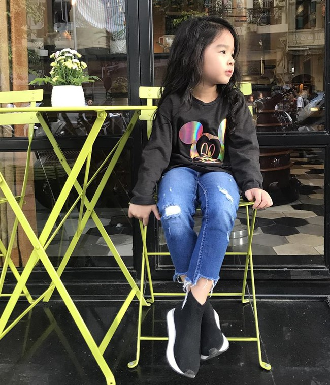 Không hổ danh có mẹ là siêu mẫu, con gái Xuân Lan chưa đầy 5 tuổi đã khí chất ngời ngời thế này đây - Ảnh 1.