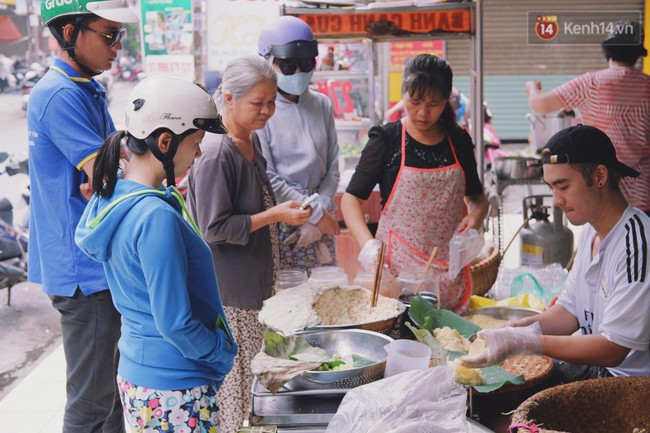 Quán xôi gói bằng lá sen mỗi sáng chỉ bán 3 tiếng là hết veo, người Sài Gòn xếp hàng nườm nượp chờ mua - Ảnh 1.